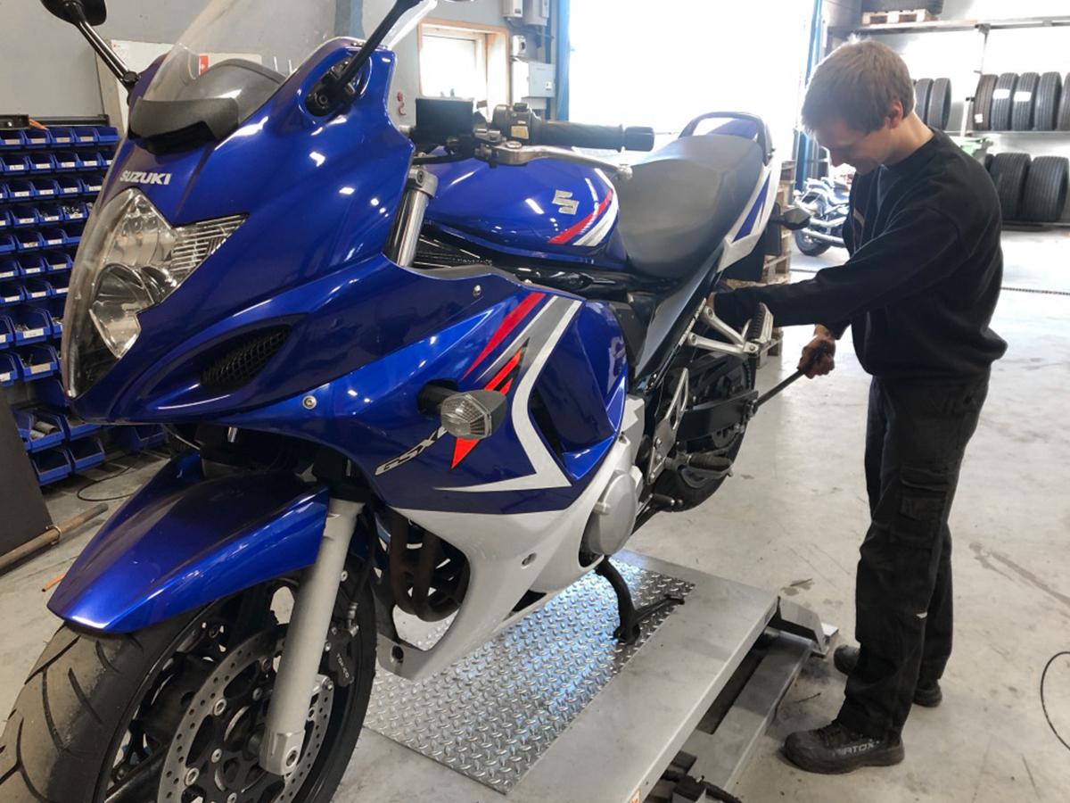motorcykel på værksted